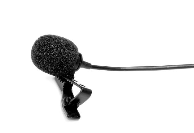 Risvolto del microfono o lavalier isolato su sfondo bianco