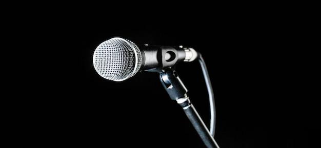 Microfono, microfono, karaoke, concerto, musica vocale. microfono del primo piano. microfono per voce su sfondo nero. musica dal vivo, apparecchiature audio. concerto di karaoke, cantare il suono. cantante in karaoke, microfoni.