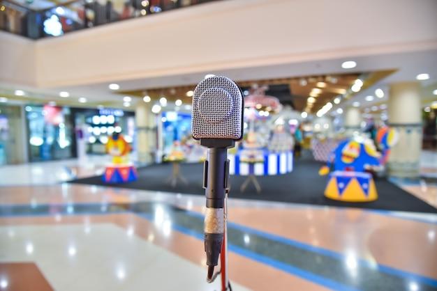 Microfono al centro del centro commerciale