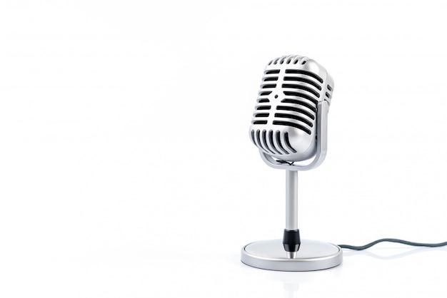 Retro del microfono isolato sulla parete bianca.