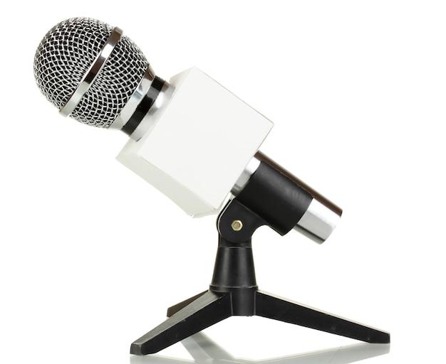 Microfono su supporto isolato su bianco