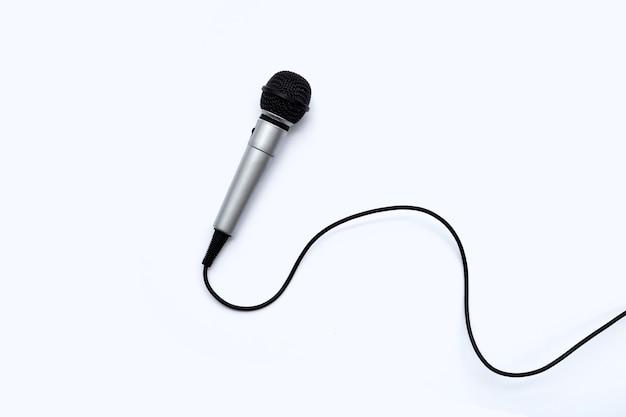 Microfono su sfondo bianco. vista dall'alto