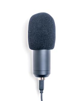 Microfono con cavo usb isolato su sfondo bianco. apparecchiature per la registrazione del suono.