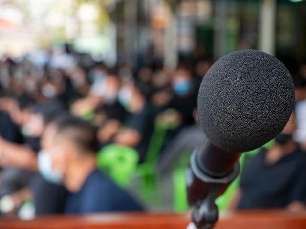 Microfono avvolgente con sprong utilizzato nella cerimonia funebre in caso di disastro covid19