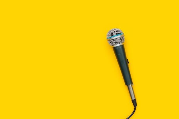 Microfoni su sfondo bianco. vista dall'alto