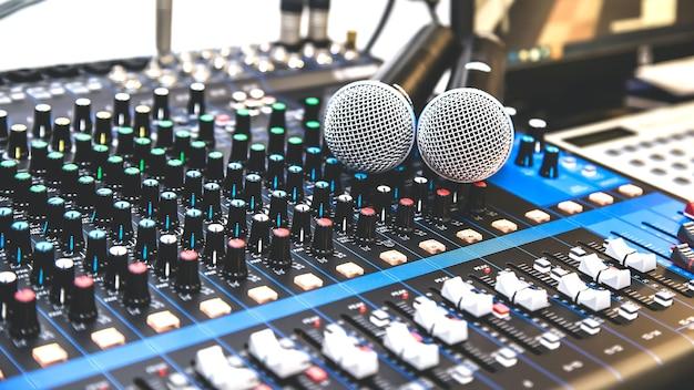 Microfoni con mixer audio.