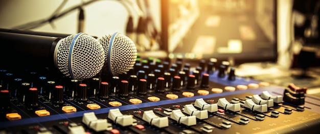 Microfoni con mixer audio in studio.