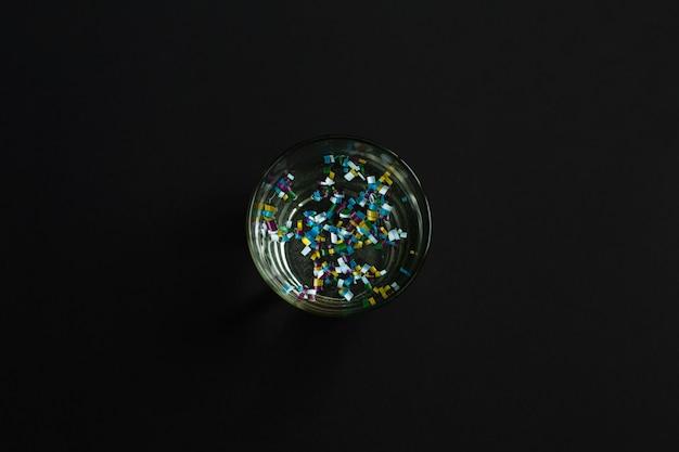 Microplastica in bicchiere d'acqua