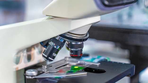 Microscopio nel laboratorio di scienze