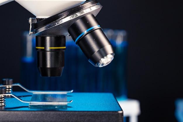 Microscopio con lenti da vicino contro il buio