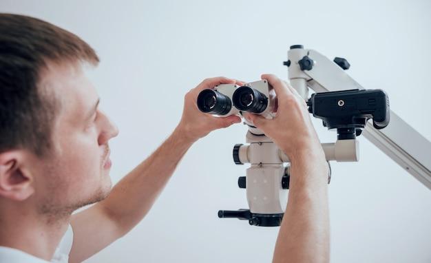 Microscopio con macchina fotografica in studio dentistico