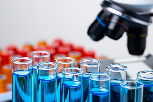 Microscopio con provette per la ricerca da vicino