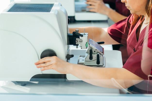 Microtomia di campioni in laboratorio