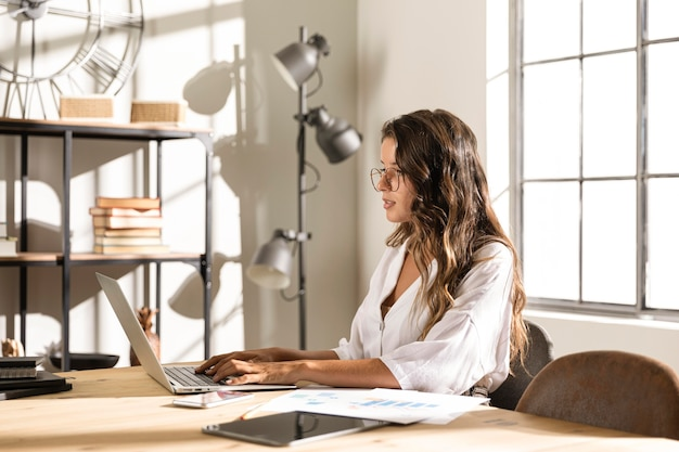 Metà di donna del colpo al computer portatile