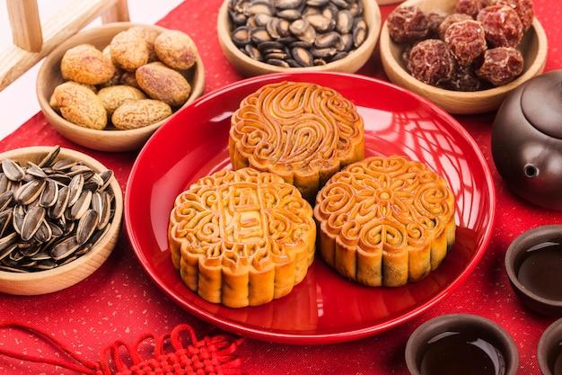 Concetto di midautumn festival mooncakes tradizionali sul tavolo con tazza da tè