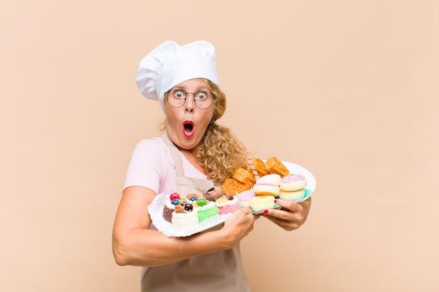 Donna panettiera di mezza età con torte