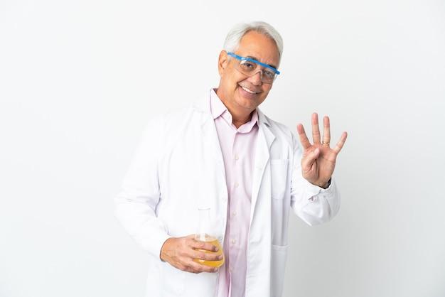 Uomo scientifico brasiliano di mezza età scientifico isolato su sfondo bianco felice e contando quattro con le dita