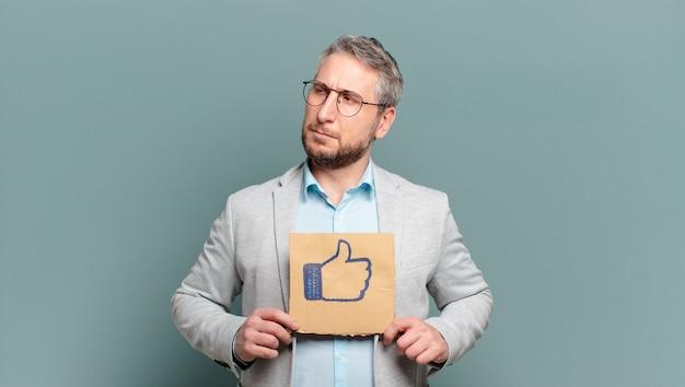 Uomo d'affari di mezza età. concetto di social media
