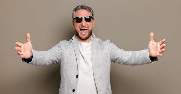 Uomo d'affari di mezza età con occhiali da sole