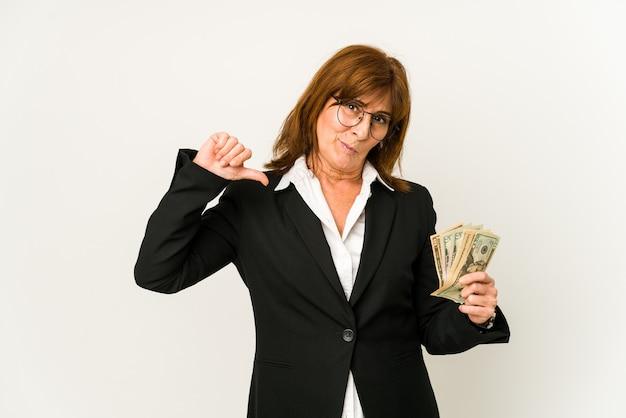La donna di affari caucasica di mezza età che tiene le banconote isolate si sente orgogliosa e sicura di sé, esempio da seguire.