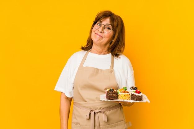 Donna caucasica del cuoco di mezza età che sogna di raggiungere obiettivi e scopi