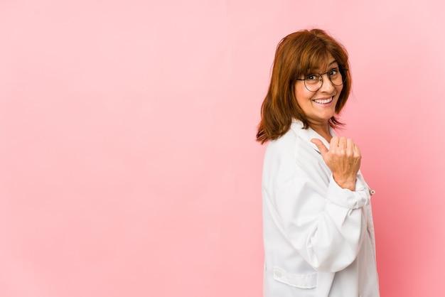 La donna caucasica del medico di mezza età ha isolato i punti con il dito pollice lontano, ridendo e spensierata