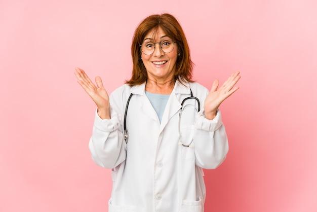 La donna caucasica del medico di mezza età ha isolato sorpreso e scioccato.