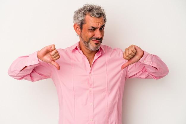 Uomo caucasico di mezza età isolato su sfondo bianco che mostra il pollice verso il basso, concetto di delusione.
