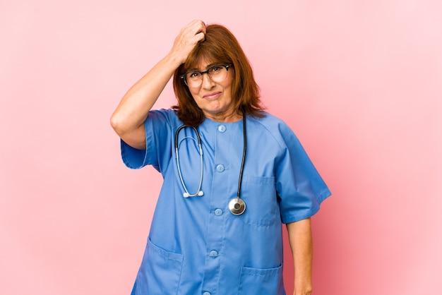 La donna caucasica dell'infermiera di mezza età isolata è scioccata, ha ricordato un incontro importante.