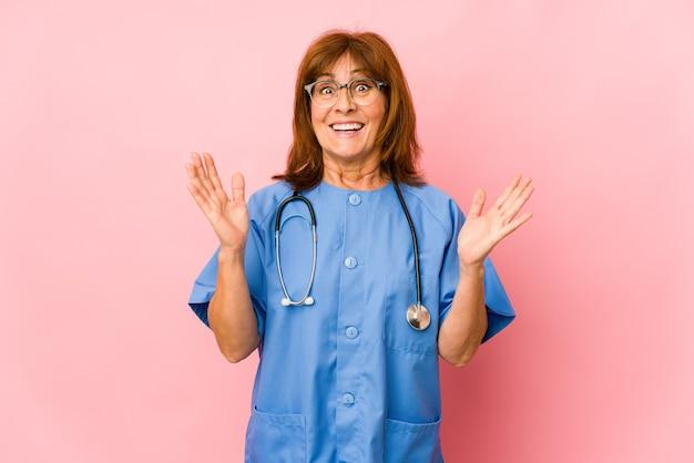 La donna caucasica dell'infermiera di mezza età ha isolato sorpreso e scioccato.