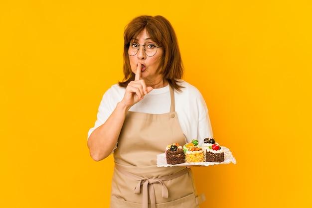 Donna cuoca di mezza età che mantiene un segreto o chiede il silenzio