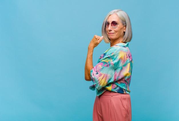 Donna fresca di mezza età che si sente felice