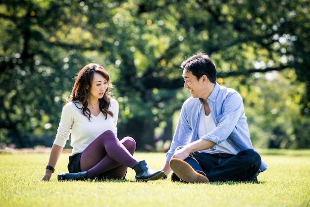 Coppia di mezza età trascorrere del tempo insieme a tokyo in una giornata di sole autunnale