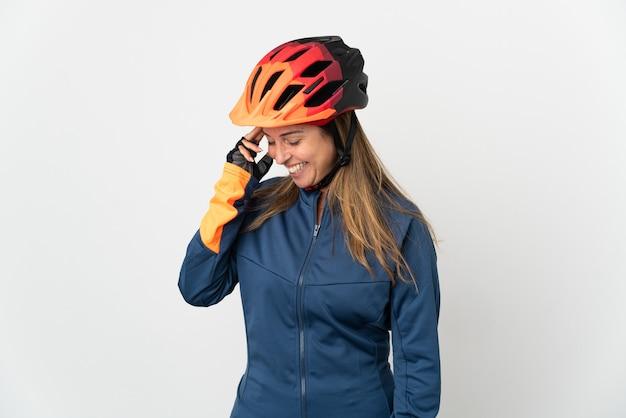 Donna ciclista di mezza età isolata su sfondo bianco che ride