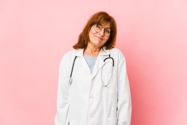 Donna di medico di mezza età isolata sognando di raggiungere obiettivi e scopi