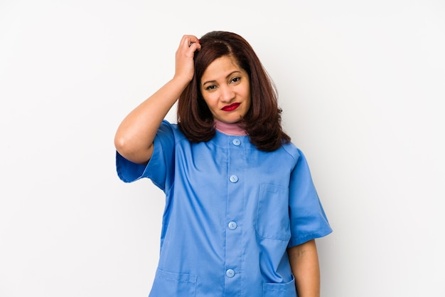 La donna infermiera latina di mezza età isolata essendo scioccata, ha ricordato un incontro importante.