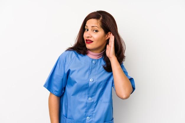 La donna latina dell'infermiera di mezza età ha isolato il tentativo di ascoltare un pettegolezzo.