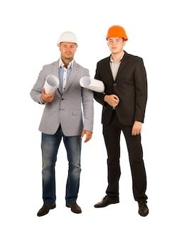 Ingegneri maschi di mezza età che tengono progetti
