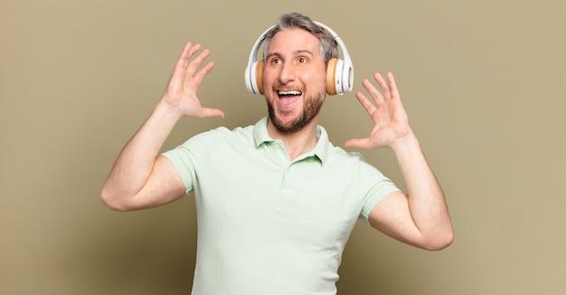 Uomo di mezza età che ascolta musica con le sue cuffie