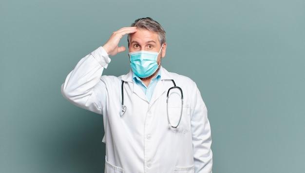 Medico dell'uomo di mezza età con una maschera protettiva