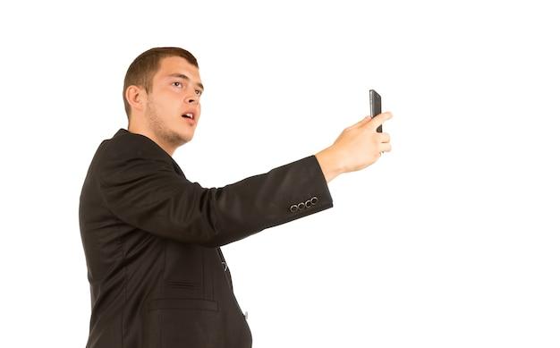 Uomo di mezza età che si scatta una foto usando il telefono