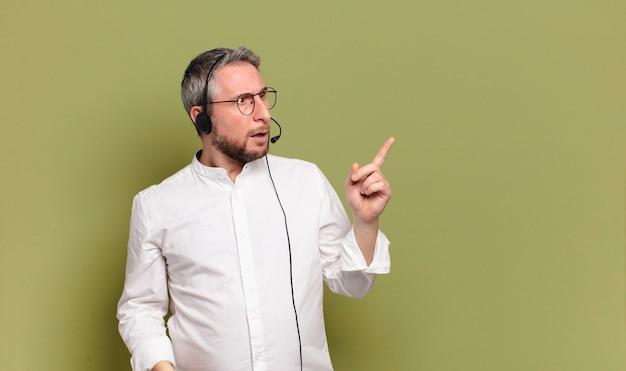 Concetto di telemarketer uomo di mezza età