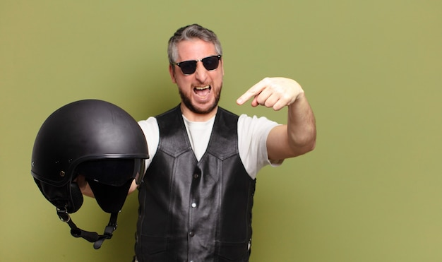 Casco da motociclista uomo di mezza età