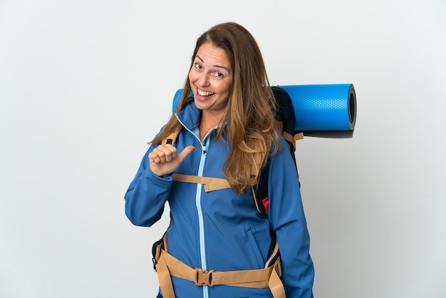 Donna alpinista di mezza età con un grande zaino isolato