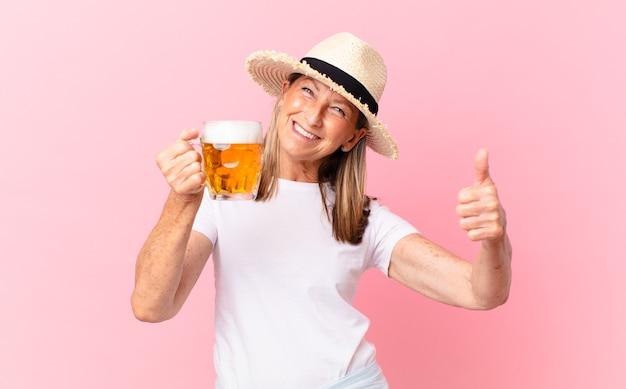 Donna abbastanza pensionata di mezza età che beve una birra in vacanza