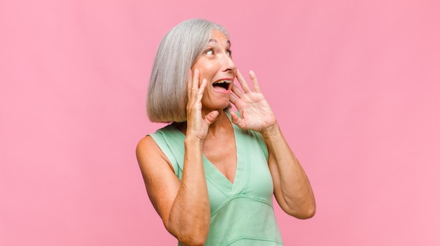 Donna graziosa di mezza età che si sente terrorizzata