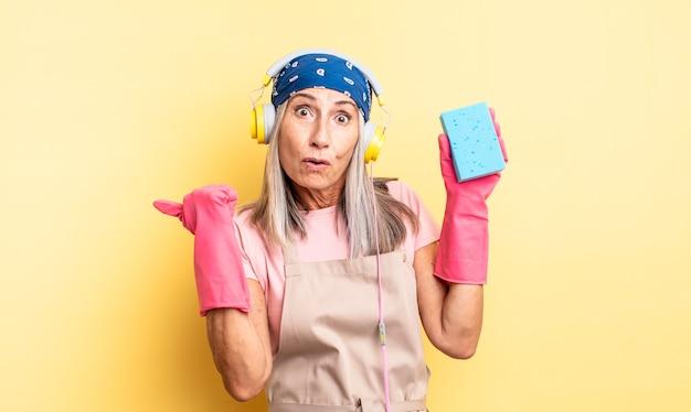 Donna graziosa di mezza età che sembra stupita nell'incredulità. detergente per pagliette