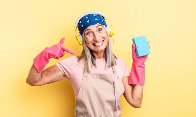 Bella donna di mezza età che sorride con sicurezza indicando il proprio ampio sorriso. detergente per pagliette