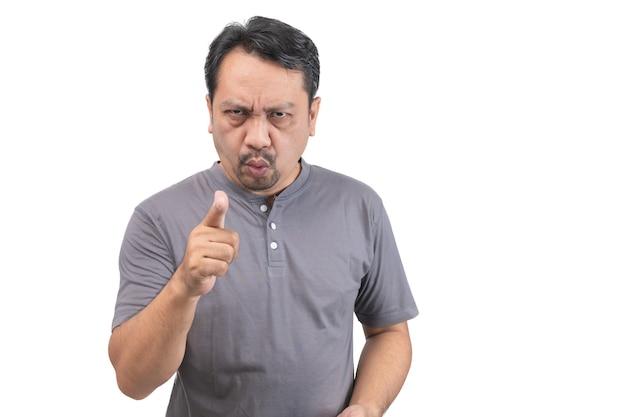La mezza età che indossa una t-shirt grigia che punta dispiaciuto e frustrato verso la telecamera isolata su sfondo bianco, concetto arrabbiato e furioso