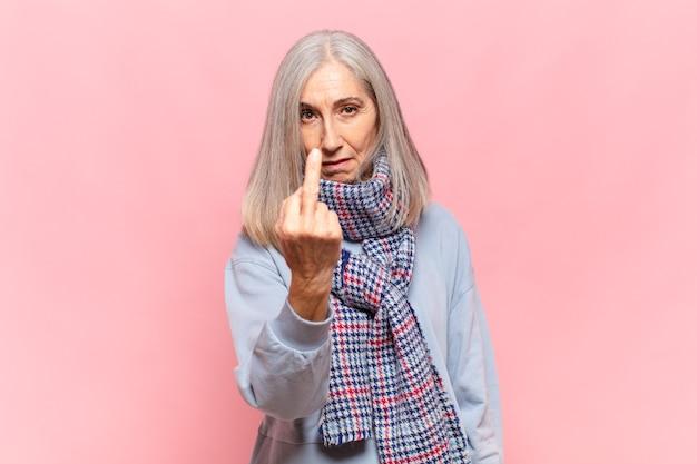 Donna di mezza età che si sente arrabbiata